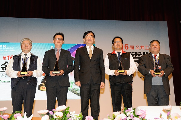 Mr. Lan-Sheng Chi, Deputy Director of the New Construction Office, receives the award on behalf of Taipei City Government