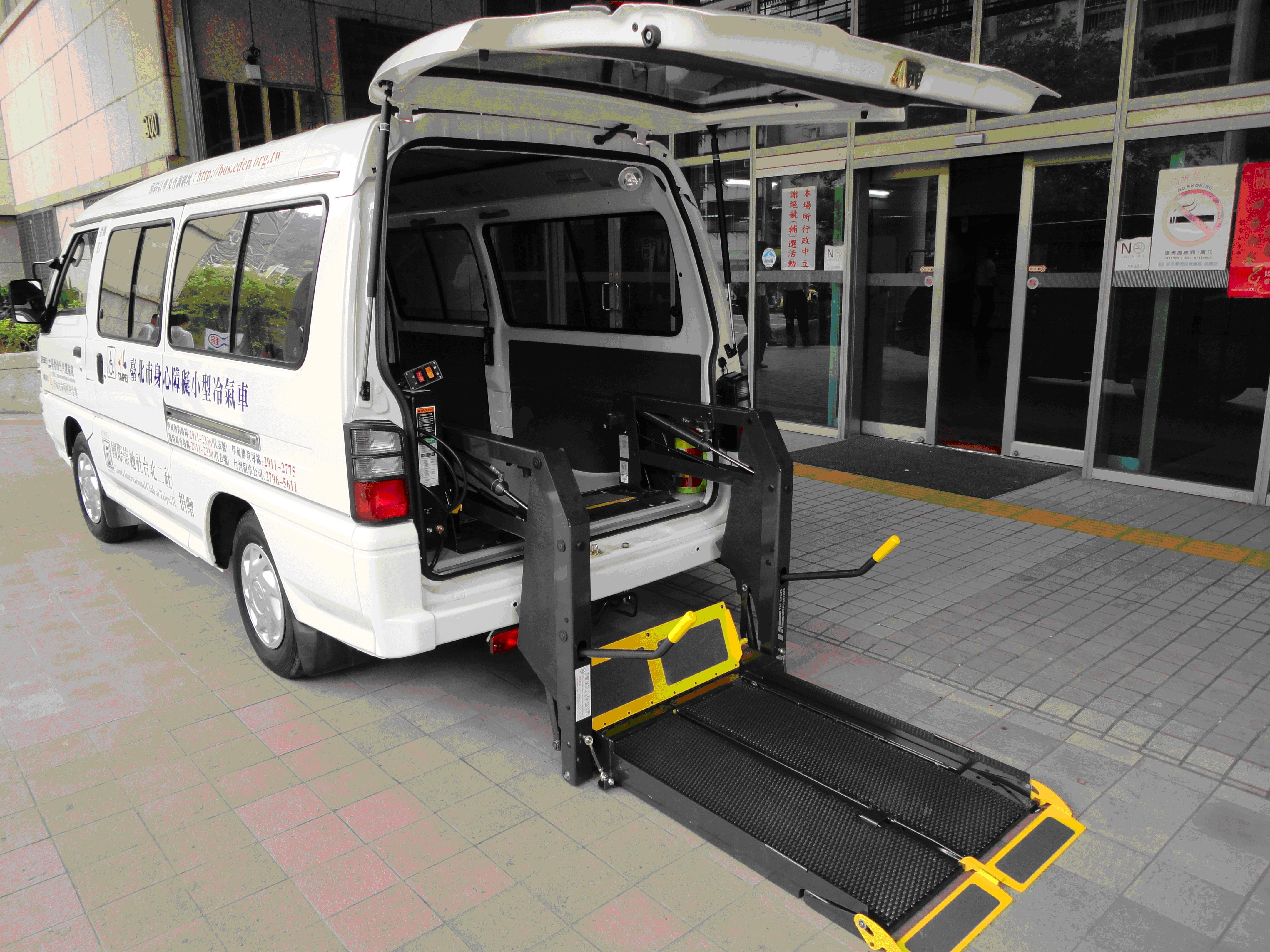 小型復康巴士加裝輪椅昇降設備