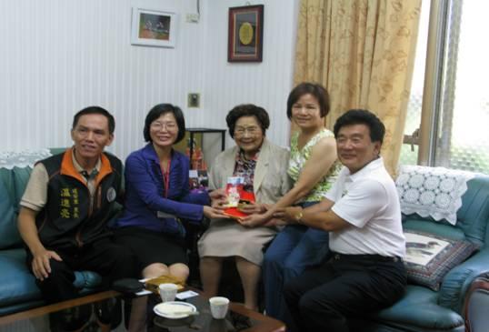 區長和溫進亮里長(左一)到府致贈建安里百歲人瑞林陳女士(中)禮金與禮品