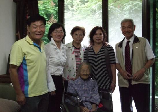 區長、黃金財里長(左一)與臨江里百歲人瑞古胡女士合影