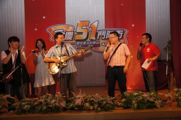 (另開視窗)秦浩、李明德與本臺節目主持人合唱