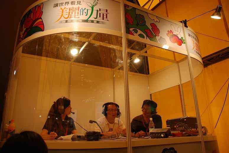(另開視窗)邱文祥副市長於花博閉幕晚會在行動播音室接受訪問3