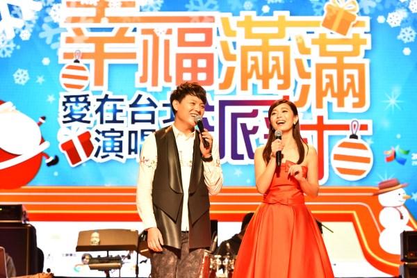 (另開視窗)歌手張心傑(左)與主持人小魚(右)