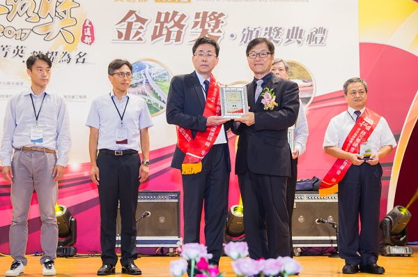 "Deputy Minister of MOTC, Chi Wen-Jong, awards the 18th ""Golden Road Award"" to Taipei City Government's Deputy Secretary-General, Hsueh Chun-Ming"