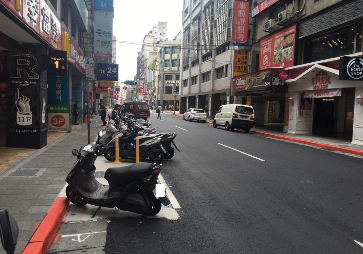Updates, markings and parking space redrawing on Songlong Road
