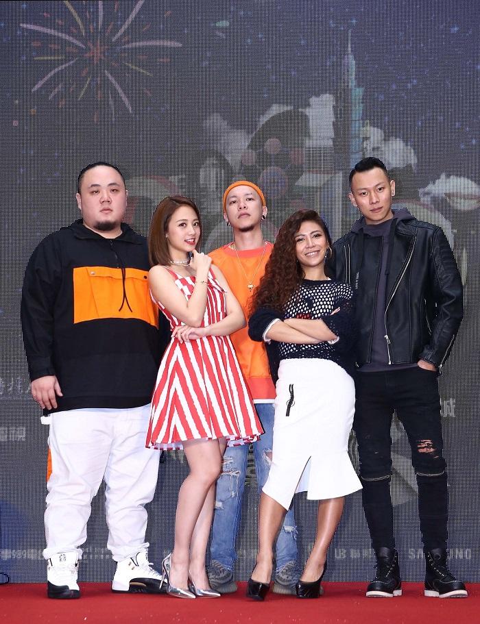 頑童MJ116、鬼鬼(吳映潔)與艾怡良共同出席臺北跨年記者會。