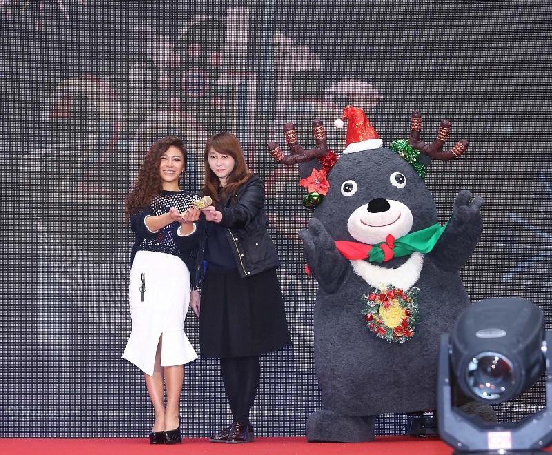 熊讚擔任禮物小天使,由北市觀傳局長簡余晏贈禮給艾怡良預祝跨年演出順利。