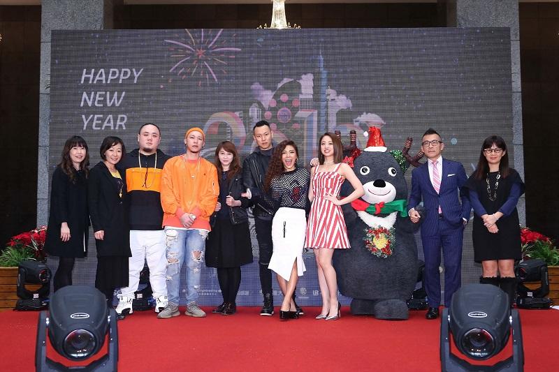觀傳局長簡余晏與三立電視、台北101、好事989等代表貴賓與跨年表演明星合影。