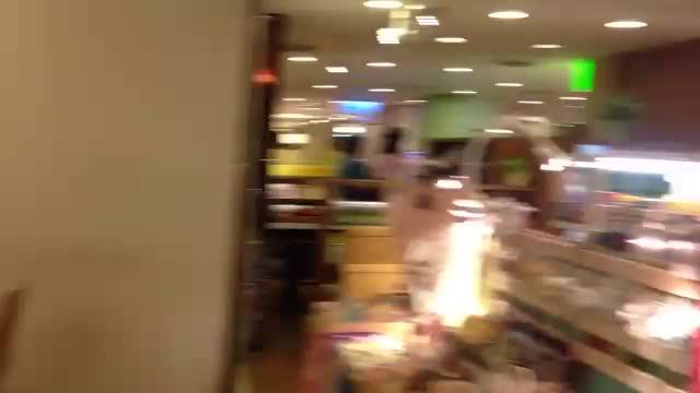 102年10月9日微風廣場南京店地下2樓通往直通樓梯之逃生走道放置營業用桌椅情形