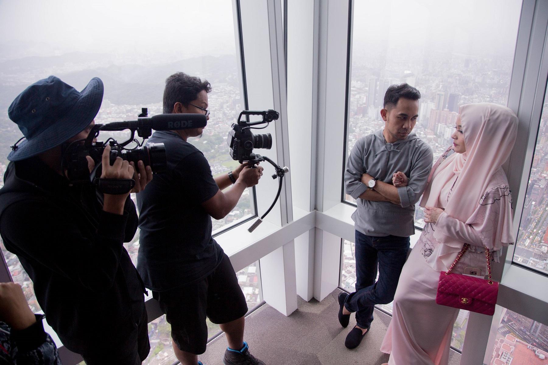 穆斯林電視台Astro_TV拍攝團隊及Hafiz夫婦16日前往101觀景台取景
