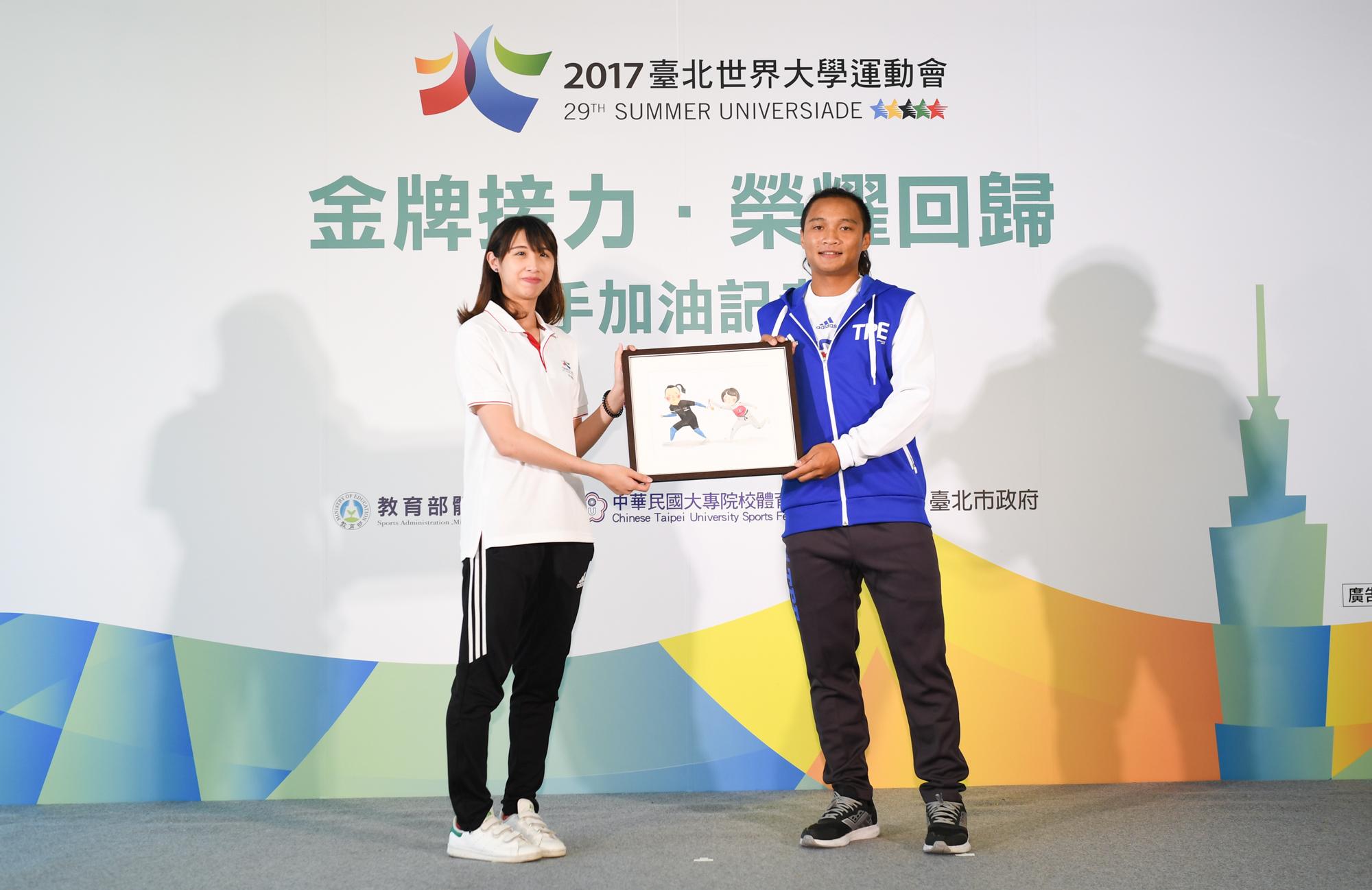 2015年光州世大運的女子跆拳道金牌楊琬婷(左)致贈插畫予本屆世大運滑輪溜冰參賽選手