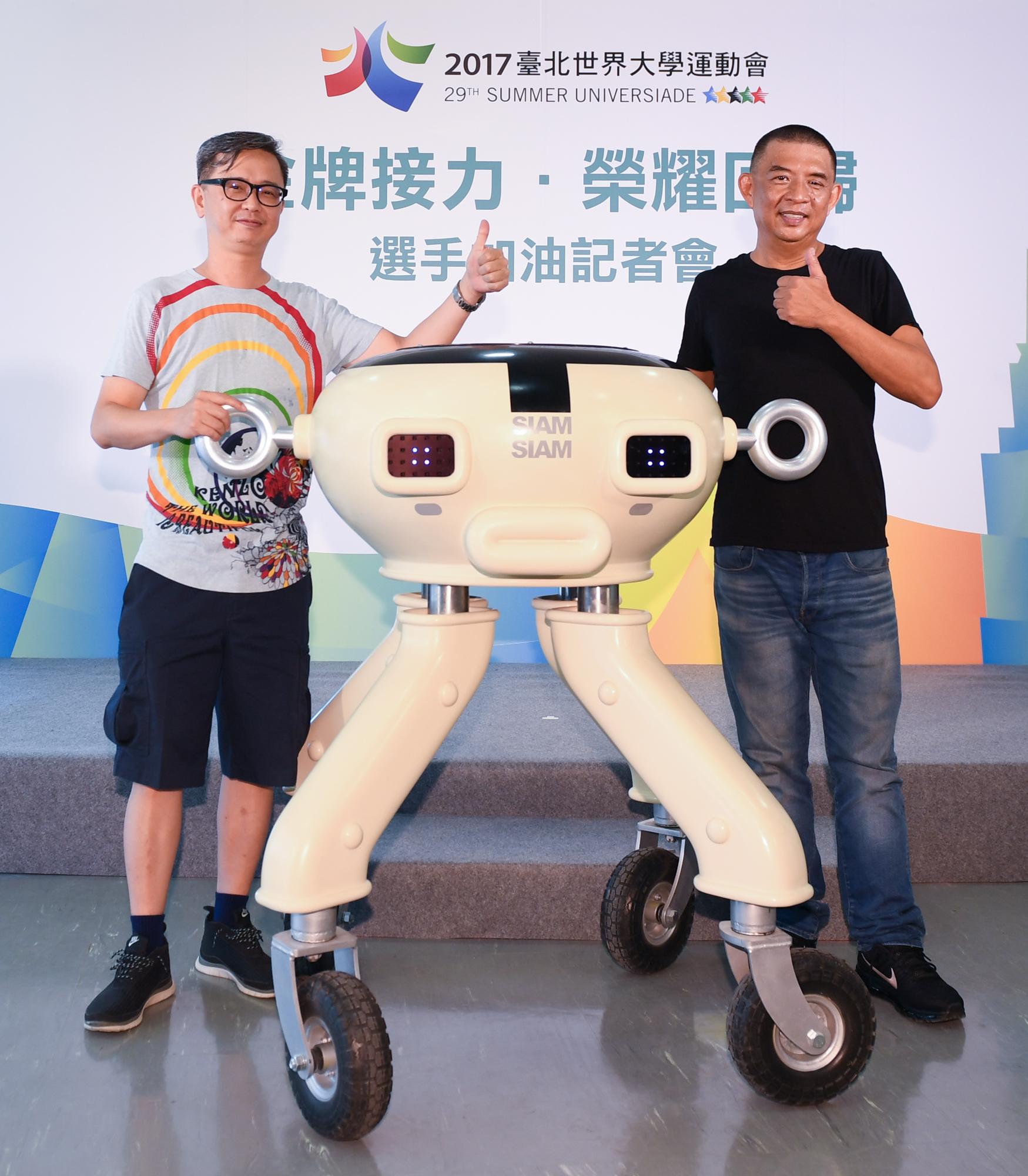 世大運閉幕團隊執行導演AKIBO老師(右)及創意總監葛大中老師(左),首度展示「閃閃電」