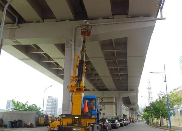 檢測人員以高空作業車檢視橋梁情形