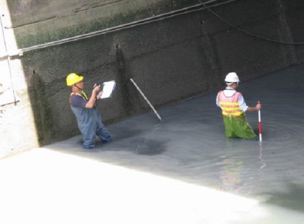 檢測人員涉水檢視橋梁下方情況