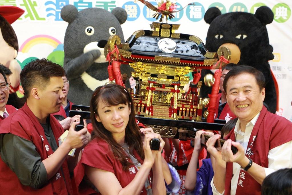 陳副市長(右一)與許淑華議員(中間)及謝維洲議員一同扛神轎祈求今年活動順利
