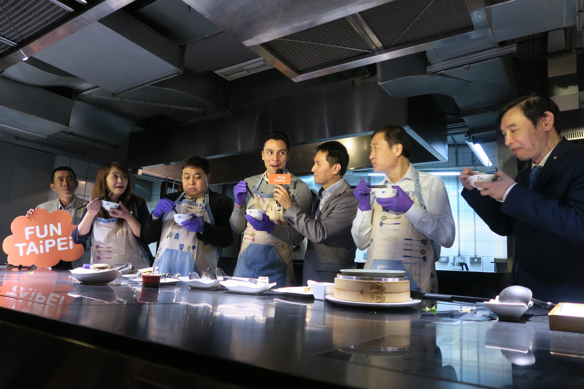 菲律賓免簽首發團挑戰麻辣臭豆腐。