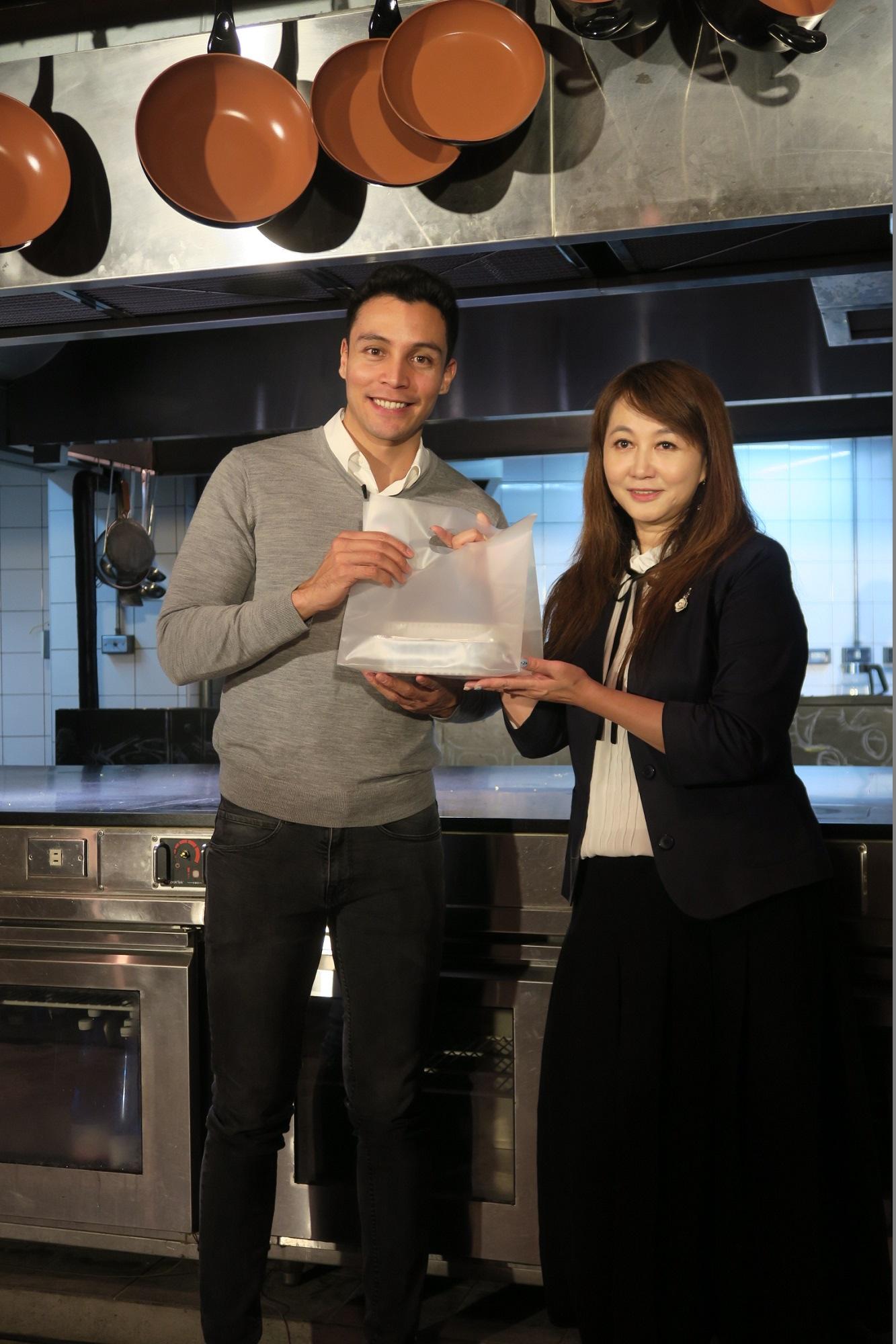 受到觀光傳播局局長簡余晏(右1)熱情的歡迎,席格表示感受到臺北的活力與熱忱。