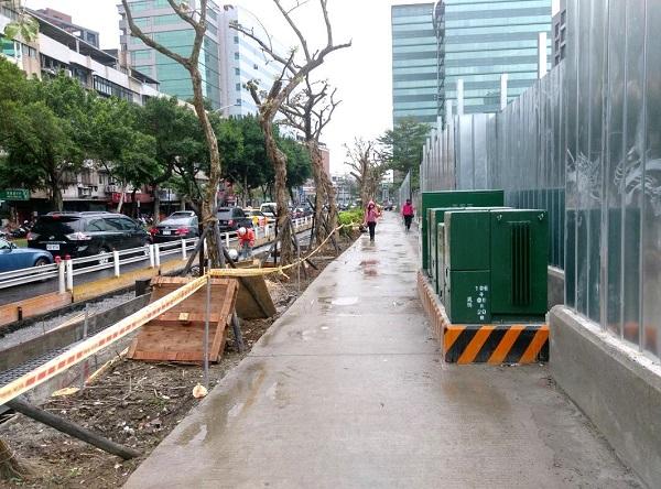 第1階段設置簡易鋪面人行道第2階段路樹、電箱遷移及孔蓋下地