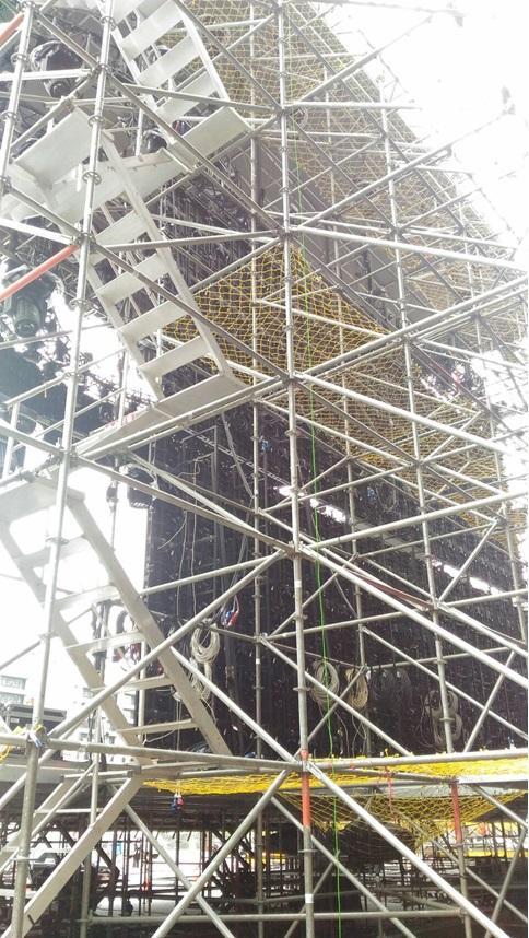 跨年舞台之上下設備與安全網鋪設情形