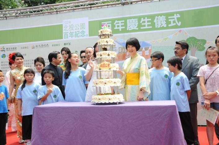 觀傳局長趙心屏與現場參與朋友切下百歲生日蛋糕[開啟新連結]