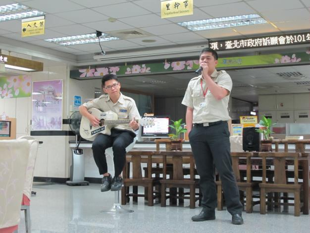 替代役男許瀚文(左)、連杰廷午茶時間獻唱