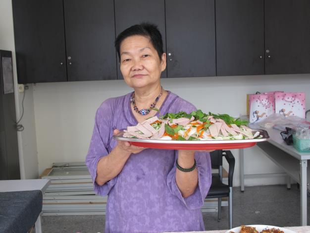 葉賢女士展示親自製作的越南美食