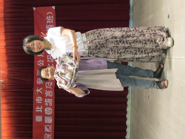 葉賢女士(左)致贈蘇素珍區長自製的提包