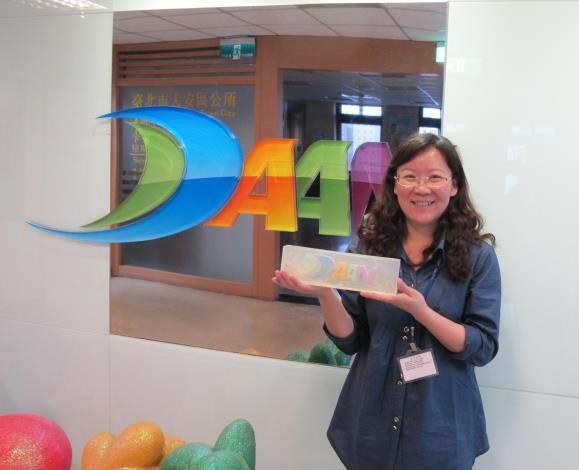 同仁楊國吉展示自製的手工香皂