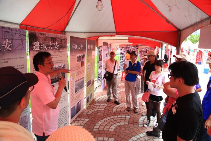 民眾跟著解說人員進入大安區的時空隧道3