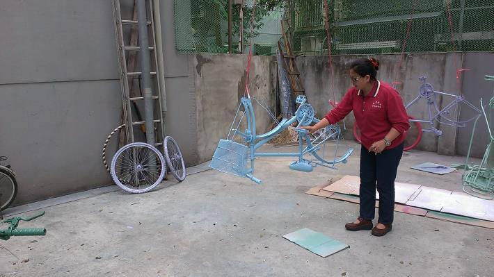 背景照片-溫美珠里長將廢棄的腳踏車噴上新顏色