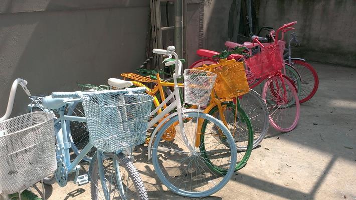 背景照片一輛輛廢棄的腳踏車換上新裝