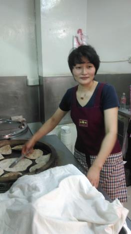 新移民徐高妹女士正在製作韭菜盒子