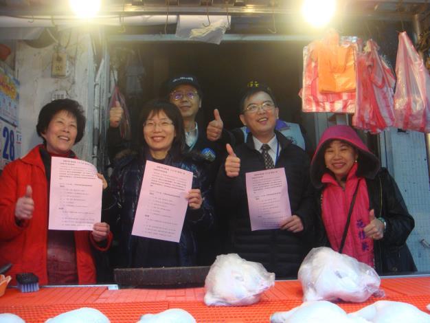 蘇素珍區長(左2)及環保局盧世昌副局長(左3)以行動為攤商加油