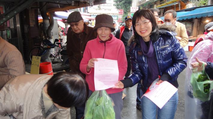 區長蘇素珍(右)向市場民眾宣導禽流感防治