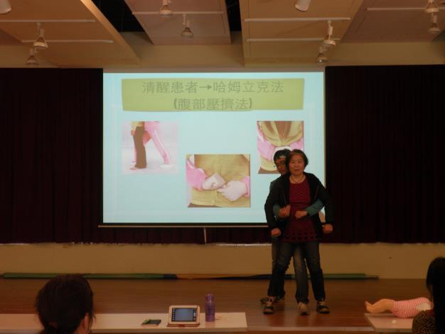 新移民同學親自練習CPR