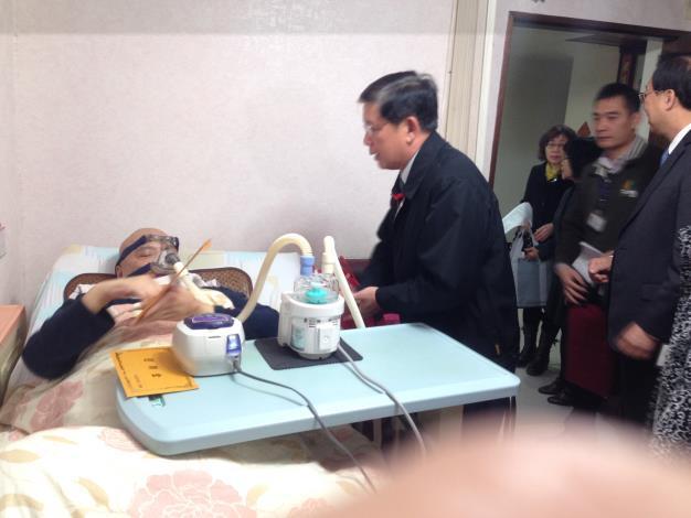 內政部長陳威仁向林德乾先生致贈春節慰問金
