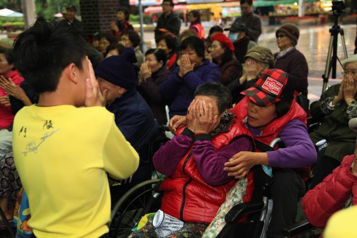照片1-長者跟著小志工的示範一起動
