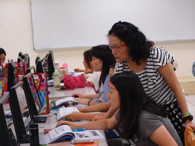照片-老師於課堂中穿梭替新移民們解惑