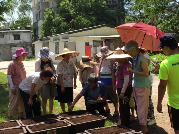 照片-志工們仔細聆聽老師說明栽種方式