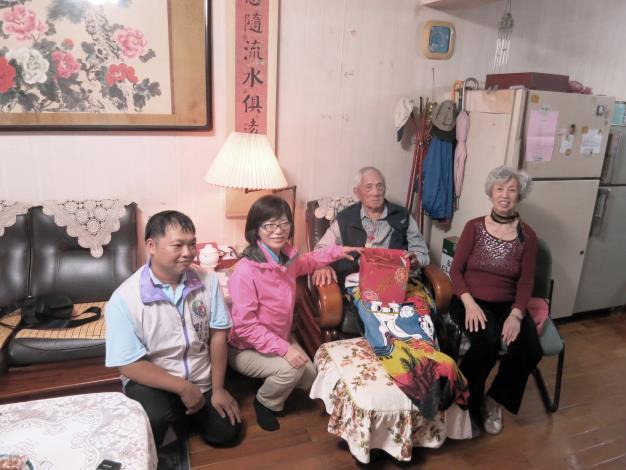 照片-朱鍾祺爺爺夫妻(右起)與蘇素珍區長及里長劉泓麟合照