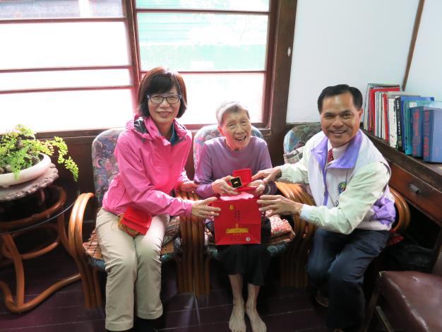 照片-黃蕭麗生奶奶(中)接受蘇素珍區長(左)及龍生里里長致贈重陽禮品