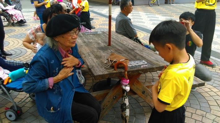 照片-小老師與長者溫馨互動