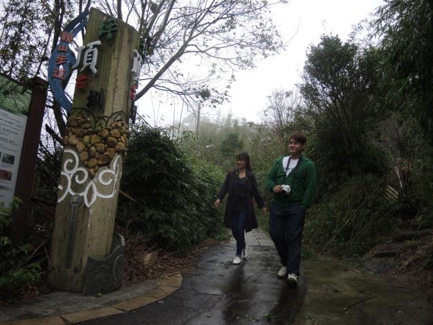 遊客悠閒散步在坪頂水圳