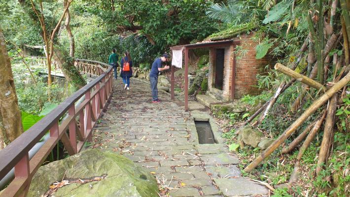百年水圳旁的土地公廟