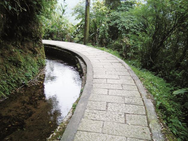 坪頂古圳步道溪水清澈