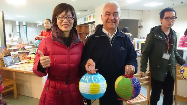 照片:蘇素珍區長(左)和阿根廷代表合影