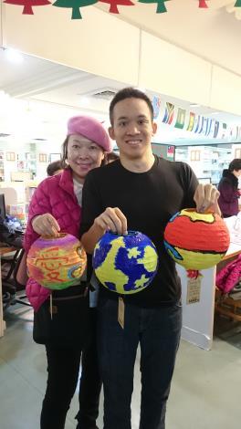 照片:李柏毅(左)與媽媽開心的show自己彩繪的燈籠