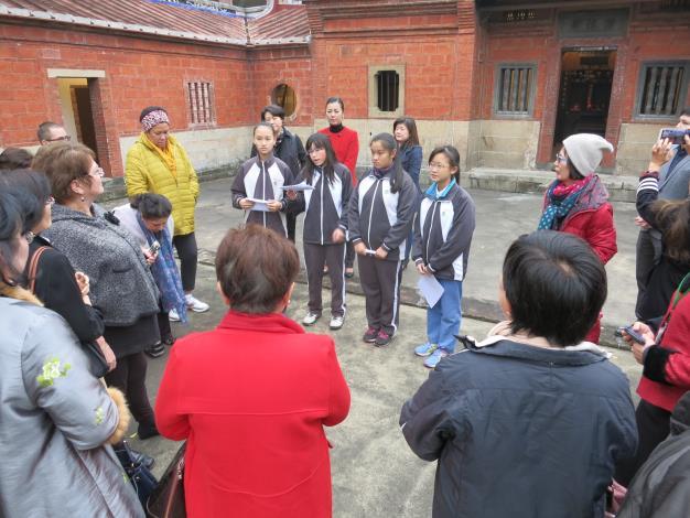 照片:龍門國中學生以英文向在場外賓講解黃濂讓古蹟的歷史