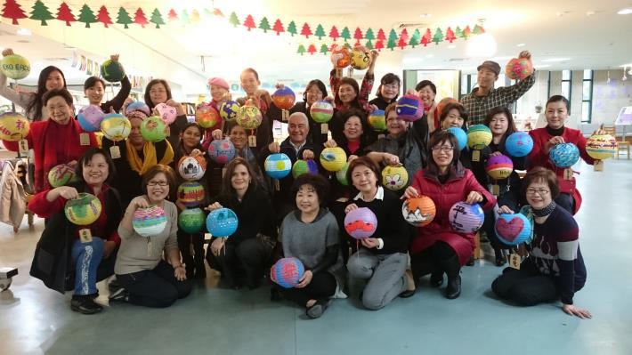 照片:各國駐華代表、夫人等開心的展現自己彩繪的成果