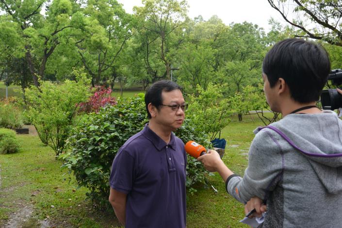 現場記者採訪攀樹對公園之效益(於大安森林公園攝)[開啟新連結]